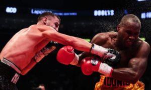 Чемпионлик жангида нокаутга учраган боксчи мустақил нафас ололмаяпти