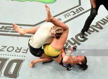 """""""UFC 251"""". Аёллар ўртасида кечган жанг илк раунддаёқ якунланди"""