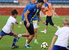 Основные игроки «Пахтакора» провели тренировку с воспитанниками академии