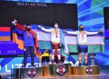 На пьедестале почёта двое узбекских тяжелоатлетов