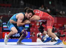 Photo Gallery. Javrail Shapiev contest with Hassan Yazdanicharati of Iran in men's wrestling