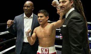 """Uzbekistan's Murodjon """"MJ"""" Ahkmadaliev stops Issac Zarate by a ninth-round TKO"""